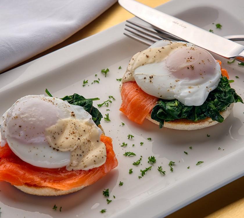 breakfast-eggs-benedict-4000-_0